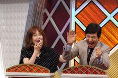 大笑いするゲストのYOU(左)と関根勤(右)。(c)NHK