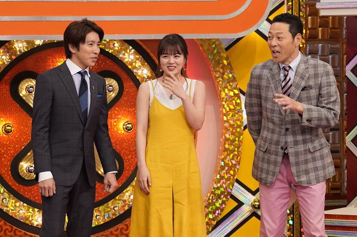 伊原六花(中央)とMCの東野幸治(右)、村上信五(左)。(c)NHK