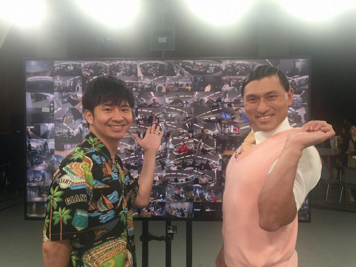 「のぞき見ドキュメント 100カメ」MCのオードリー。(c)NHK