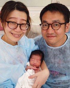 生まれたばかりに我が子を抱く梅小鉢・高田となすなかにし中西。