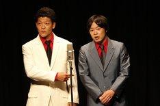 デジタルきんぎょ。左から、金本(駿河太郎)、藤川(尾上寛之)。(c)テレビ朝日