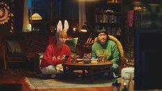 ウサ山くんに扮する葉山奨之(左)とカメ里さんに扮する南海キャンディーズ山里(右)。
