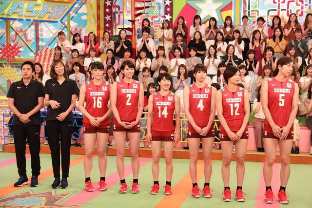 「VS嵐」に「バレーボール全日本女子チーム」の一員として出演するチュートリアル徳井(左端)。(c)フジテレビ