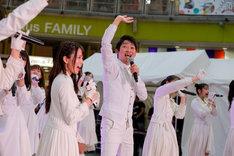 ラストアイドルのイベントに登場したNON STYLE石田(中央)。(撮影:Yoshifumi Shimizu)