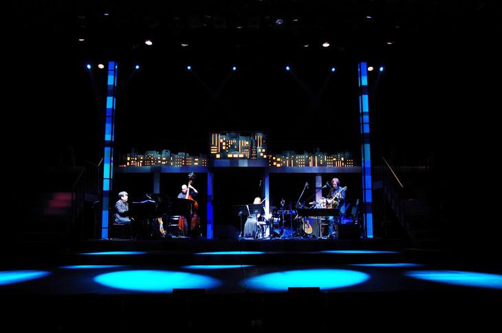 バンドが生演奏を繰り広げる、「恋と音楽」シリーズ過去公演の様子。