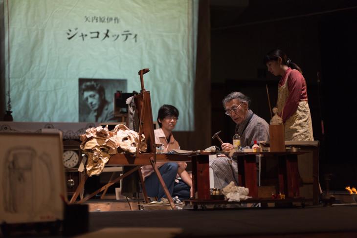 2014年にKYOTO EXPERIMENT 2014公式プログラムとして、京都芸術センター 講堂にて上演された「わが父、ジャコメッティ」。左から危口統之、木口敬三、大谷ひかる。(撮影:堀川高志)