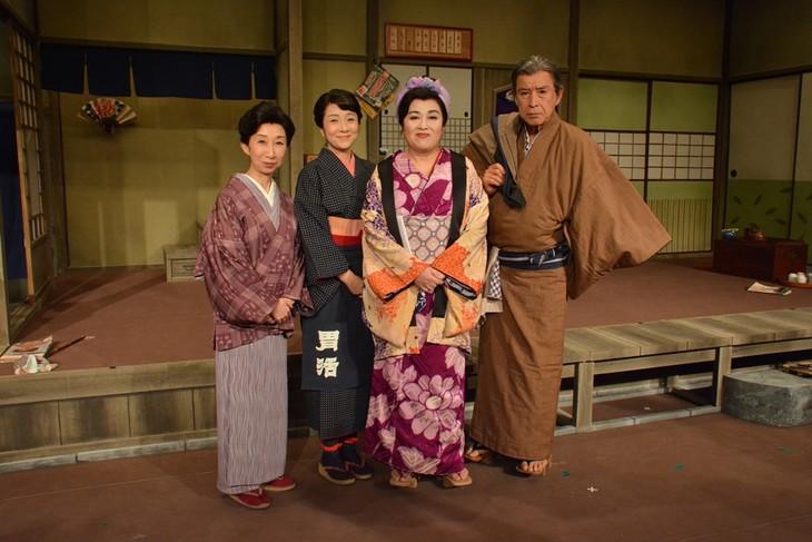 「おばこ / 渡辺えり愛唱歌」の記者会見より。左から鷲尾真知子、藤田朋子、渡辺えり、若林豪。