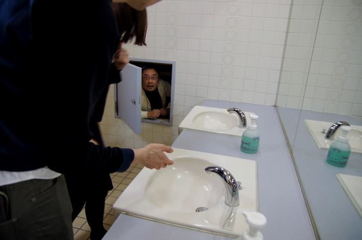 「あなたの知らない本多劇場」より。トイレの扉から松村武が。(撮影:三上ナツコ)