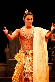 「ライ王のテラス」舞台写真。鈴木亮平。