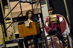 ミュージカル「グランドホテル」公開稽古の様子。左から中川晃教、昆夏美。