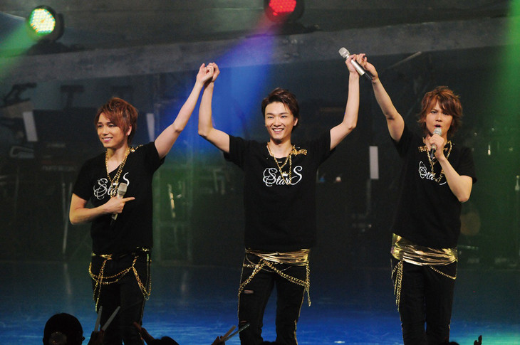 StarS「First Tour-Live at TOKYU THEATRE Orb-」より。左から山崎育三郎、井上芳雄、浦井健治。