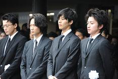 出棺を見送る弔問客。左から小栗旬、綾野剛、松坂桃李、藤原竜也。