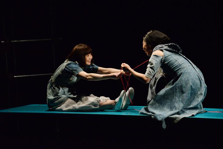 「あなたがいなかった頃の物語と、いなくなってからの物語」ゲネプロより。左から伊東沙保、西田夏奈子。