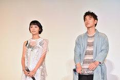 左から宮崎あおい、佐藤健。