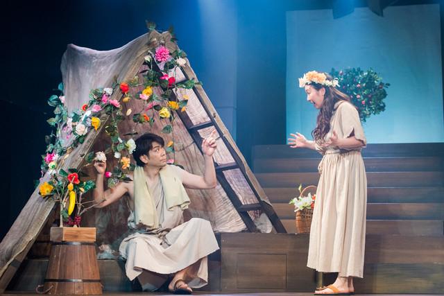 ミュージカル「アップル・ツリー」より。左から岸祐二、和田清香。