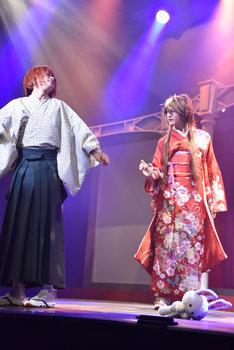 歌劇「明治東亰恋伽~朧月の黒き猫~」ゲネプロより。左から赤澤燈演じる泉鏡花、遊馬晃祐演じる川上音二郎。