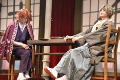 歌劇「明治東亰恋伽~朧月の黒き猫~」ゲネプロより。左から荒木宏文演じる森鴎外、橋本祥平演じる菱田春草。