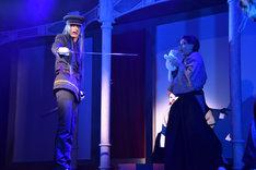 歌劇「明治東亰恋伽~朧月の黒き猫~」ゲネプロより。左から吉岡佑演じる藤田五郎、汐崎アイル演じる小泉八雲。