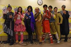 「昆虫戦士コンチュウジャー」囲み取材の様子。左から安川純平、須藤茉麻、斉藤秀翼、モト冬樹、馬場良馬、山本一慶、小坂涼太郎。