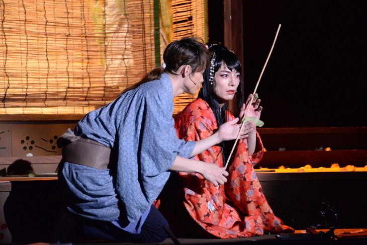 左から藤原祐規演じる佐助、和田琢磨演じる春琴。