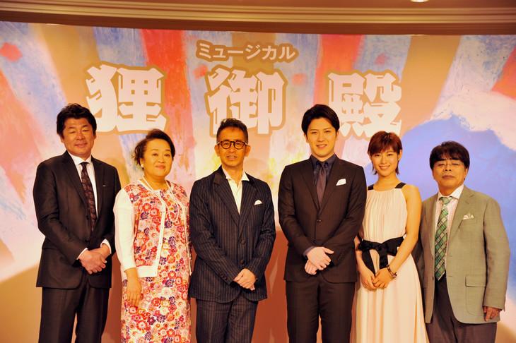 ミュージカル「狸御殿」製作発表記者会見で行われたフォトセッションの様子。左から、赤井英和、渡辺えり、宮本亜門、尾上松也、瀧本美織、小倉久寛。