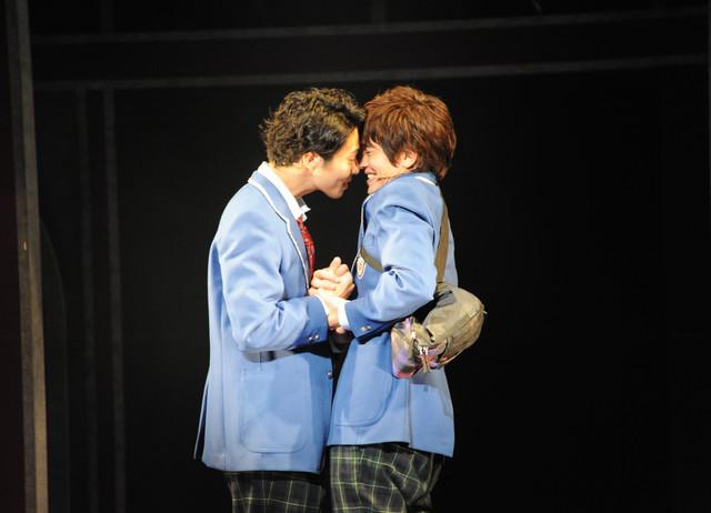 左から鯨井康介演じるジェイソン、田村良太演じるピーター。