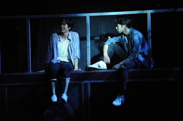 左から田村良太演じるピーター、鯨井康介演じるジェイソン。
