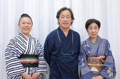 「梅と桜と木瓜の花」フォトセッションの様子。左から、柴田理恵、武田鉄矢、中村玉緒。