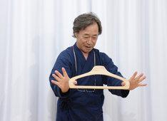 「衣紋掛護身術」を報道陣に披露する武田鉄矢。