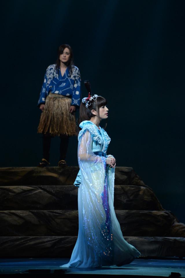 上から木村了演じる浦島太郎、上原多香子演じる乙姫。