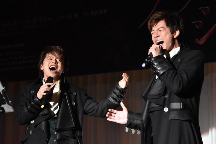 ミュージカル「フランケンシュタイン」製作発表記者会見より。左から中川晃教、柿澤勇人。