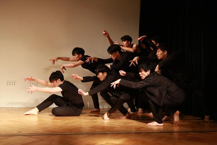 DAZZLE 20周年記念公演「鱗人輪舞(リンド・ロンド)」記者会見で行われたダンスパフォーマンスの様子。