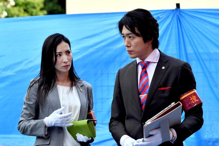 「IQ246~華麗なる事件簿~」より。左から真飛聖演じる今市種子、宮尾俊太郎演じる山田次郎。(c)TBS