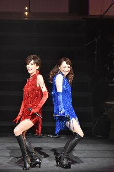 """「『麗人REIJIN Season2""""Festa""""』CD発売記念コンサート」より、左から真琴つばさ、稔幸。(撮影:阿部章仁)"""