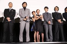 映画「真田十勇士」初日舞台挨拶の様子。居並ぶ男性キャストを横目に、大竹しのぶをハグする大島優子(中央)。
