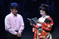 左から的場浩司演じる大吾、高畑淳子演じる夢子。