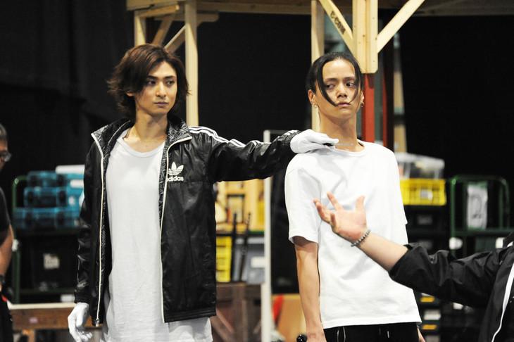 「ミュージカル『黒執事』~NOAH'S ARK CIRCUS~」稽古の様子。左からセバスチャン・ミカエリスを演じる古川雄大、ジョーカーを演じる三浦涼介。