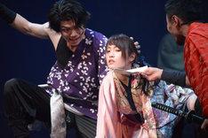 「あずみ 戦国編」ゲネプロより、中央は川栄李奈演じるあずみ。