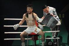左から三宅弘城演じるアップルパイ海老沢、少路勇介演じるヤン。