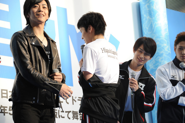 衣装のTシャツを披露する宮崎秋人。