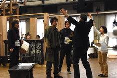 「ノートルダムの鐘」稽古より。カジモド役について語るスコット・シュワルツ(右)とそれを聞くカジモド役候補たち。
