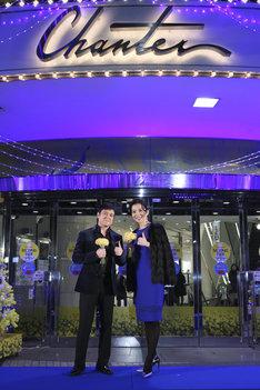 「日比谷シャンテ×ミュージカル『ビッグ・フィッシュ』イルミネーション点灯式」の様子。左から川平慈英、霧矢大夢。