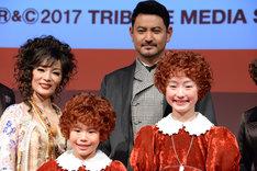 丸美屋食品ミュージカル「アニー」フォトセッションの様子。前列左から野村里桜、会百花、後列左からマルシア、藤本隆宏。
