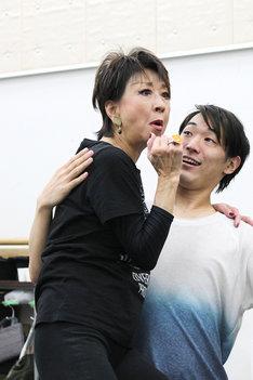 「THE レビュー『カーテンコールをもう一度!』」稽古場より、左は金井克子。