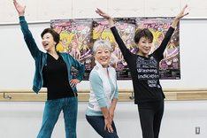 「THE レビュー『カーテンコールをもう一度!』」稽古場で行われたフォトセッションの様子。左から前田美波里、中尾ミエ、金井克子。
