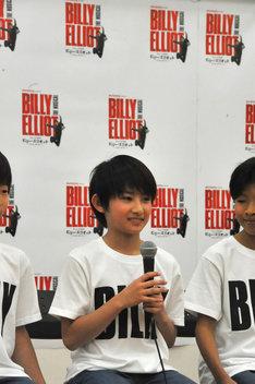 堂本光一のフライングに憧れて、フライングシーンのある本作のオーディションを受けたという前田晴翔。