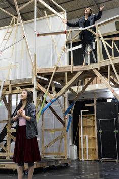 ミュージカル「ロミオ&ジュリエット」稽古場より、上からロミオ役の古川雄大、ジュリエット役の木下晴香。