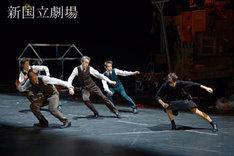 2014年に上演された、小野寺修二 カンパニーデラシネラ「ある女の家」より。(撮影:鹿摩隆司)