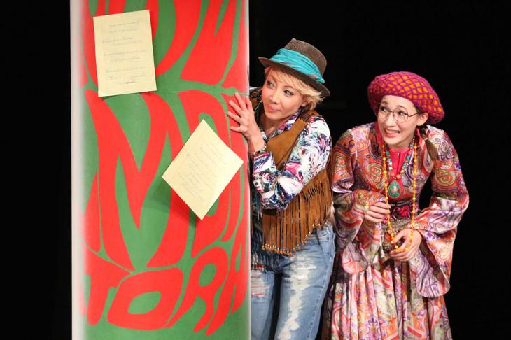 「お気に召すまま」ゲネプロより。左から柚希礼音演じるロザリンド、マイコ演じるシーリア。