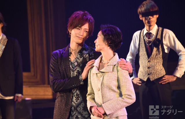 「舞台『私のホストちゃんREBORN』」ゲネプロより、左から久保田秀敏演じる流星、手塚理美演じる黒池友里恵。